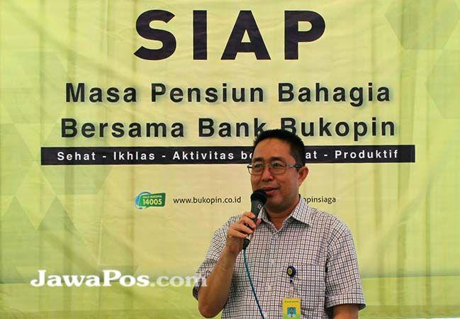 LAYANAN NASABAH: Branch Manager Bank Bukopin Banyuwangi Zamroni Tama memberikan penjelasan tentang program SIAP Sehat kepada para pensiunan.