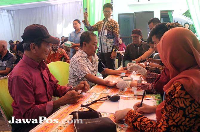 GRATIS: Tim medis melayani cek kesehatan kepada para pensiunan Bank Bukopin, Jumat (1/11).
