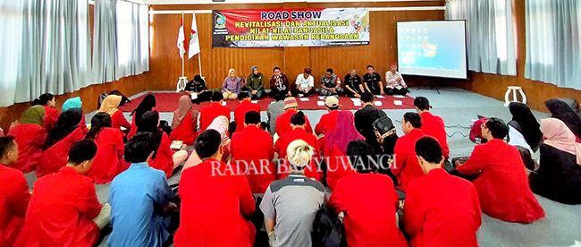 LESEHAN: Ratusan mahasiswa Untag dari berbagai jurusan mengikuti diskusi kebangsaan yang berlangsung di ruang F4 kampus setempat, kemarin.
