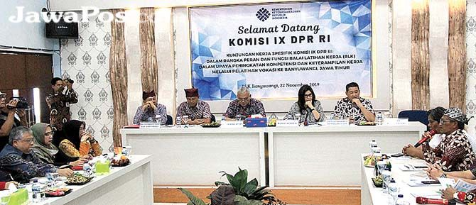 TERIMA TAMU: Kepala BLK Banyuwangi Rusman (pegang mic) paparan kepada Komisi IX DPR RI saat berkunjung ke kantornya di Desa Kedungrejo, Kecamatan Muncar, Jumat (22/11).