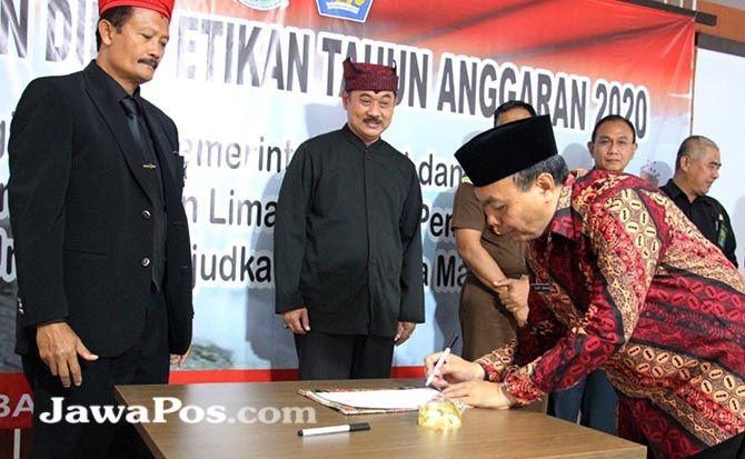KESEPAHAMAN: Kepala Kemenag Banyuwangi H Slamet menandatangani Pakta Integritas dengan KPPN, disaksikan Wabup Yusuf Widyatmoko.