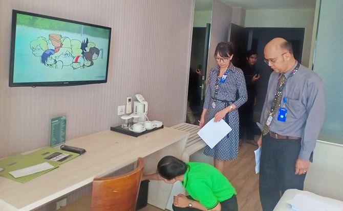DIUJI: Uji praktek House Keeping juga dilaksanakan langsung di salah satu kamar Hotel Santika Banyuwangi yang diawasi dengan penguji dari LSK PKPI.