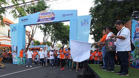UNTUK BANYUWANGI: Pimpinan Wilayah BRI Malang Agus Suprihanto melepas peserta jalan sehat Pesta Rakyat Simpedes di kawasan Taman Blambangan kemarin (14/12).