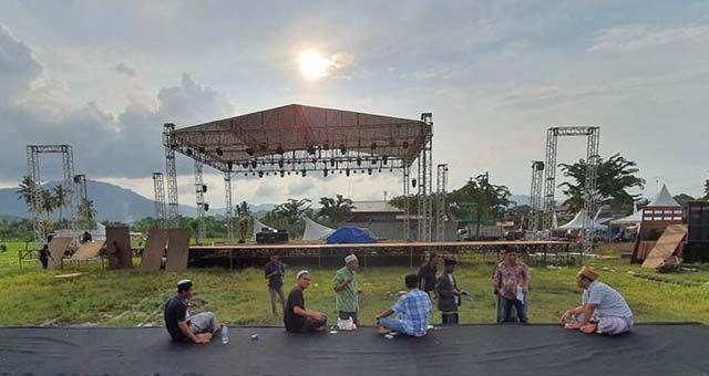 PANGGUNG MEGAH: Panitia konser Gus Malik, Gus Yazid, dan Gus Hendi menata pentas yang akan dibuat konser ambyar Didi Kempot, kemarin sore (14/3).