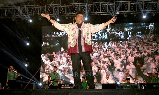 PAMER BOJO: Didi Kempot mengajak penonton untuk menyanyi dalam konser ambyar di lapangan Pesantren Darussalam, Blokagung, Desa Karangdoro, Kecamatan Tegalsari, Minggu malam (15/3)