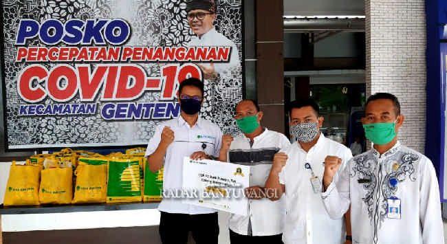 TANGGAP COVID-19: Branch Sales Manager Bank Bukopin Genteng, Fadhyal Mubdiarto (kiri) serahkan bantuan kepada Posko Percepatan Penanganan Covid-19 Kecamatan Genteng, Jumat kemarin (15/5).