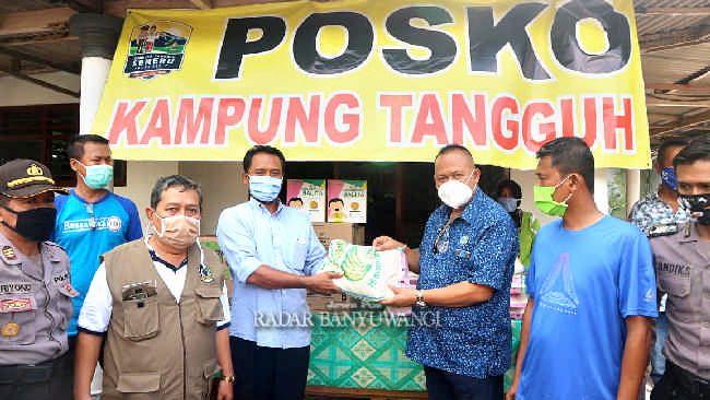 RUTIN TURBA: Dokter Agung Mulyono(tiga dari kanan) saat menyerahkan bantuan ke posko kampung tangguh kemarin.