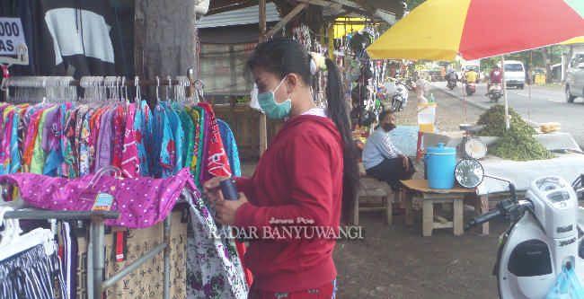 SANTAI: Aktivitas jual beli di kawasan PKL Tamansari Desa Kedaleman, Kecamatan Purwoharjo siang kemarin.
