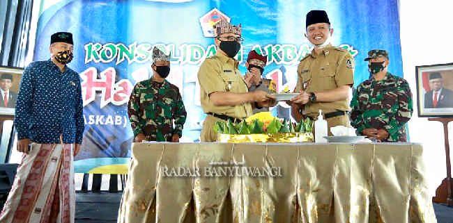 KONSOLIDASI: Bupati Abdullah Azwar Anas menyerahkan tumpeng pada ketua ASKAB Banyuwangi Anton Sujarwo disaksikan jajaran Forpimda dan ketua PCNU KH Ali Maki Zaini, kemarin (22/6).