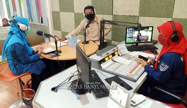TALK SHOW: Tri Ratna (kiri) dan Thatet Yuniarto memotivasi masyarakat untuk terus bergotong royong di tengah pandemi Covid-19.