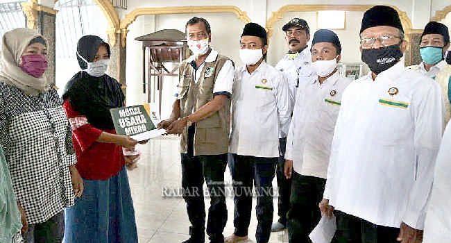 MODAL: Camat Gatot menyerahkan bantuan modal usaha mikro BAZNAS kepada pedagang Pasar Sukonatar dan Wonosobo.