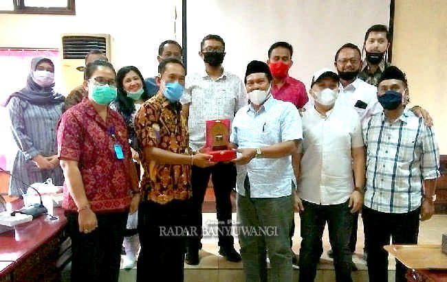 AMANAH: Ketua DPRD Banyuwangi Made Cahyana Negara (enam dari kiri), Gus Munib (kanan), dan anggota Komisi 1 DPRD Banyuwangi studi banding ke DPRD Tabanan, Bali.