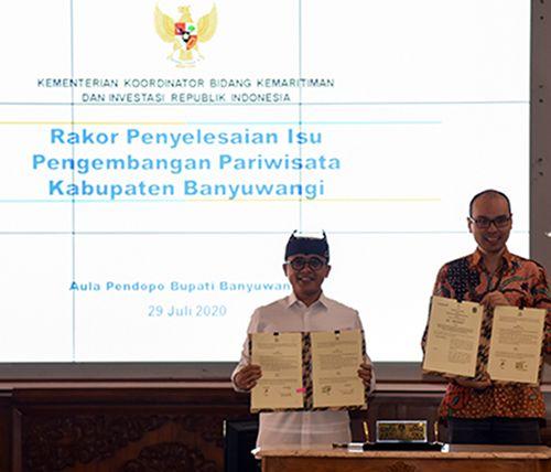 PEMASARAN PARIWISATA: Bupati Anas (kiri) bersama Albert menandatangani MoU antara Pemkab dan Traveloka di pendapa Sabha Swagata Blambangan Rabu lalu (29/7).