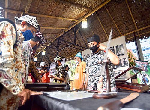 BUKTI PERLAWANAN: Kepala Dinas Kebudayaan dan Pariwisata M. Yanuarto Bramuda melihat pusaka tangguh Blambangan yang dipamerkan oleh Komunitas Panji Blambangan.