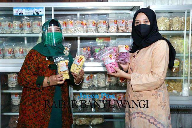 ENDORSER: Ipuk Fiestiandani Azwar Anas (kanan) mengunjungi UMKM pangan olahan di Kecamatan Songgon beberapa waktu lalu