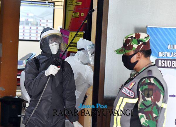 SIAGA: Kehadiran TNI ikut memantau perkembangan kasus Covid-19 yang ditangani rumah sakit.