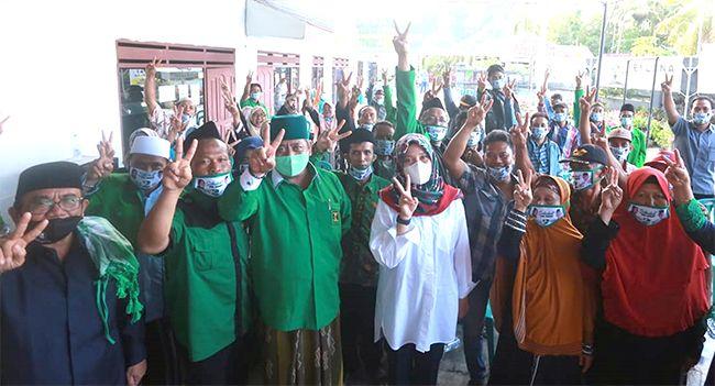 PRO PENDIDIKAN: Ipuk bersilaturahmi dengan warga di wilayah Kecamatan Cluring kemarin (16/10).