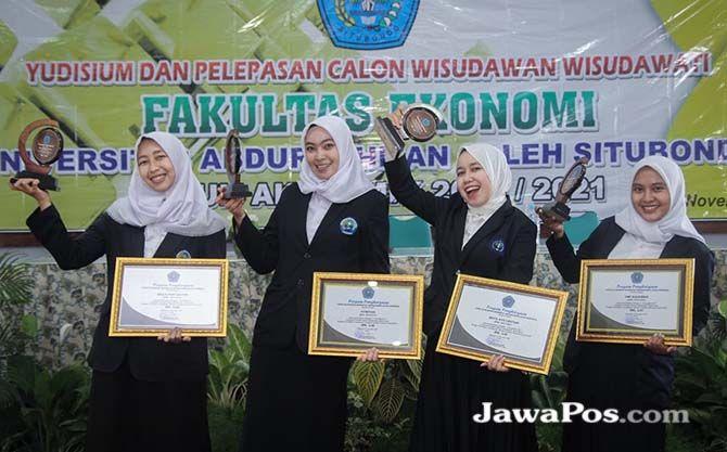 BERPRESRTASI: Empat mahasiswi FE Unars dengan IPK tertinggi. Penghargaan diberikan di acara yudisium.
