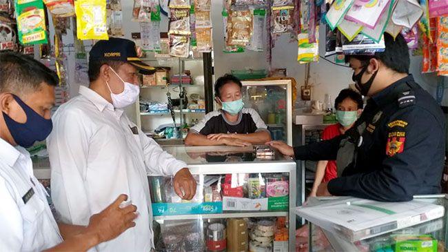 SOSIALISASI: Tim Pembinaan dan Pengawasan melakukan sosialisasi kepada pedagang/pelaku usaha agar tidak menjual rokok polos/ilegal kepada masyarakat