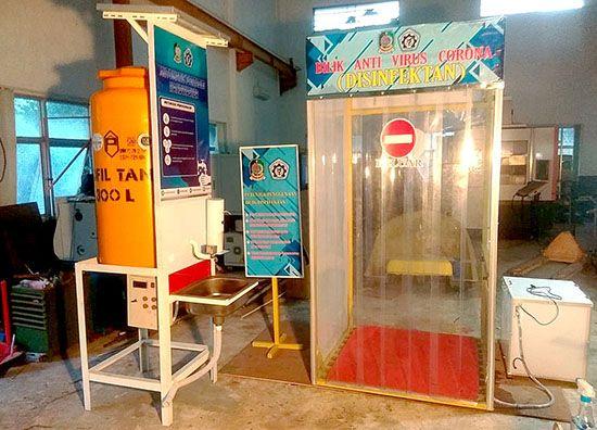 TENAGA SURYA: Mesin pencuci tangan bertenaga surya dipasang di pintu masuk Teknik Mesin Poliwangi, kemarin