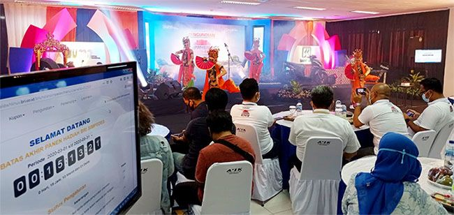 KEHORMATAN: Tari jejer gandrung menyambut tamu dan undangan undian PHS Semester I Tahun 2020 yang digelar di hall lantai 3 BRI Kanca Banyuwangi.