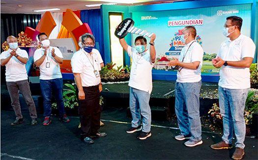 DIANGKAT: Ka Unit Kabat Geka Arie Nugroho (tiga dari kanan) menerima hadiah grand prize pertama Suzuki Ertiga dari Pinca BRI Kanca Banyuwangi M. Riamid Busroh (tiga dari kiri).