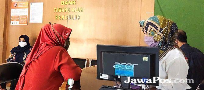 LIKUIDASI: Nasabah melakukan verifikasi data untuk proses pembayaran simpanan di BPR Tawang Alun Benculuk, Kecamatan Cluring, kemarin (11/1).