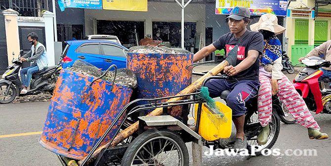 LEBIH RINGKAS: Bentor dibuat mengantar ikan dari Pelabuhan Muncar menuju pabrik pengalengan di Desa Tembokrejo, Kecamatan Muncar, kemarin (13/1).