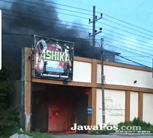 MEMBARA: Api yang membakar hotel Ashika terlihat begitu jelas dari jalan raya. Kerugian materi yang dialami pemilik hotel nampaknya cukup besar.