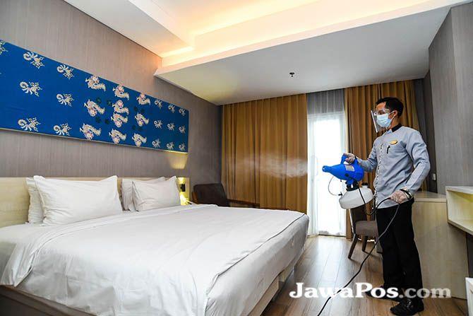 STERILISASI: Petugas Hotel Santika menyemprotkan cairan disinfektan setelah tamu check out kemarin.