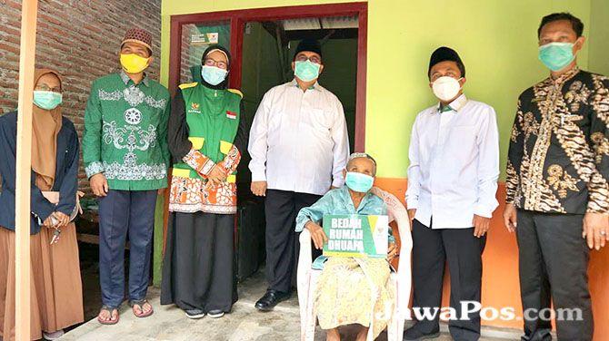 SENYUM BAHAGIA: Mbah Enah bersama pengurus Baznas Banyuwangi dan UPZ Kecamatan Kabat.