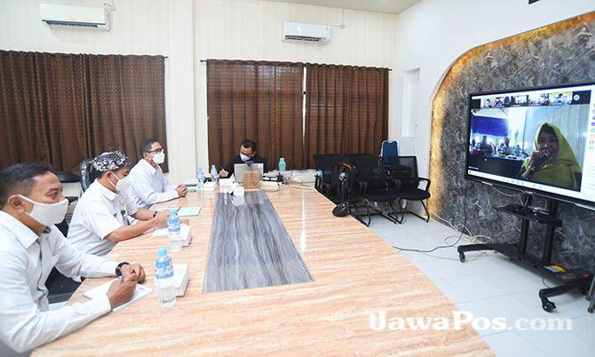 LAUNCHING: Plt. Kadispendik Banyuwangi Suratno (dua dari kiri) meluncurkan Program Banyuwangi Cerdas Berkarakter lewat virtual. Peluncuran diikuti   3.125 orang tenaga pendidik, unsur desa, kelurahan, kepala sekolah dari jenjang SD, SMP, dan SMA.