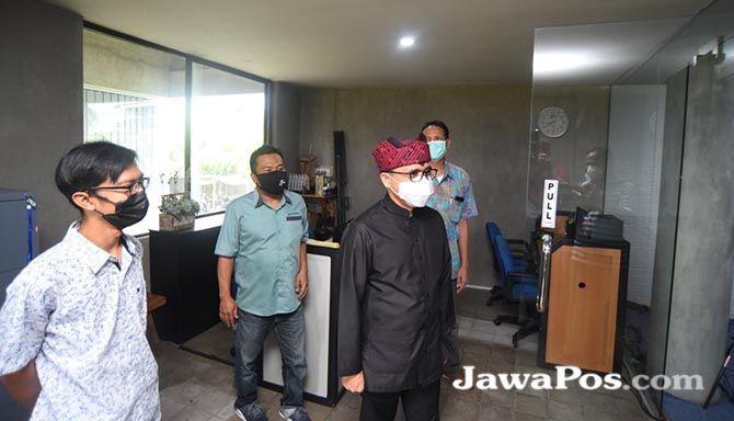 PAMITAN: Abdullah Azwar Anas ketika berkunjung ke ruang redaksi RadarTV Banyuwangi di Grha Pena Banyuwangi, Kamis lalu (18/2).