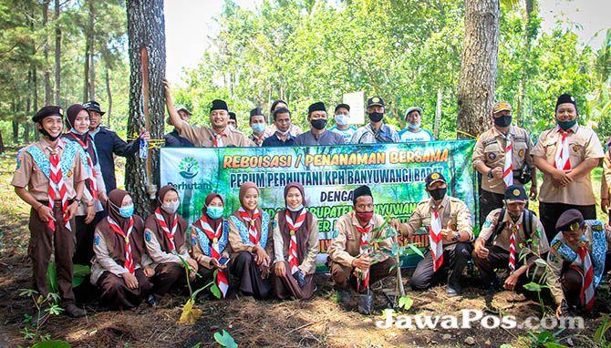 CINTA ALAM: Satuan Komunitas Ma'arif (Sakoma) bersama Perum Perhutani KPH Banyuwangi Barat melakukan penanaman bersama bibit pohon di sekitar areal bumi perkemahan Nawa Lintang, kemarin (21/2)