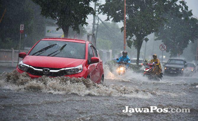 LANGGANAN: Setiap musim hujan tiba, Jalan Yos Sudarso Banyuwangi selalu tergenang air.
