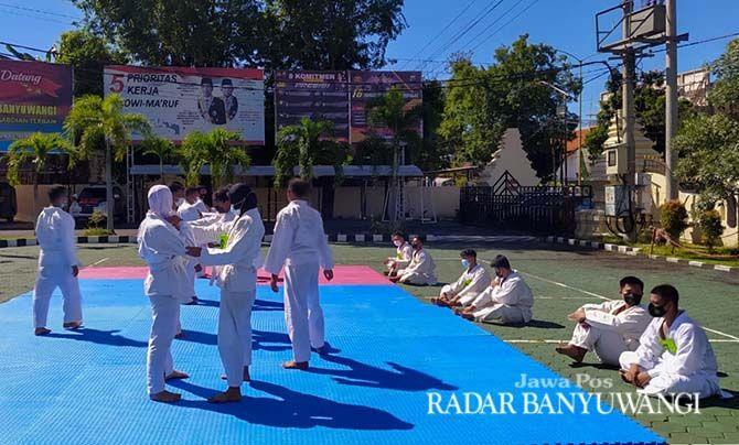 DILATIH: Sejumlah personel Polresta Banyuwangi dilatih bela diri di halaman Polresta Banyuwangi, kemarin (4/4).