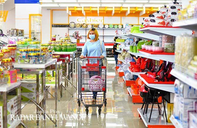 ANGKUT: Salah satu konsumen mendorong kereta belanja sambil memilih barang di Bares Rogojampi.