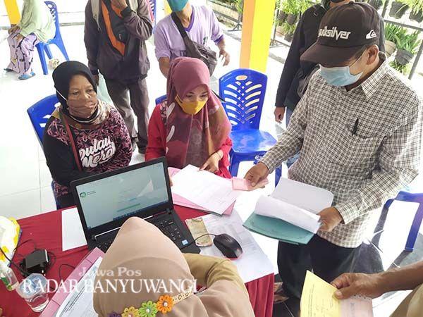 JEMPUT BOLA: Masyarakat memanfaatkan layanan PBB di kantor Kecamatan Muncar kemarin (5/4).