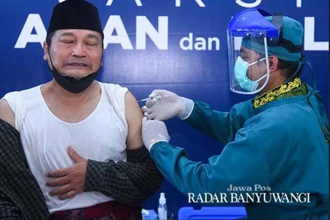 HALALAN THOYYIBAN:  Ketua PCNU Ali Makki disuntik vaksin AstraZeneca di RSNU Mangir beberapa waktu lalu.