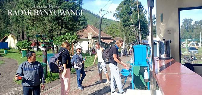 DATANG: Wisatawan asing berkunjung ke Taman Wisata Alam (TWA) Gunung Ijen Banyuwangi Minggu lalu (4/4).