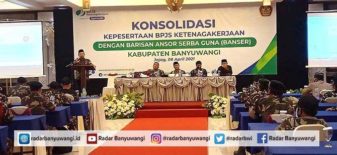 LEBIH MAJU: Ketua STAIDU Zainal Aris Masruchi memaparkan mekanisme pendaftaran jalur beasiswa dihadapan anggota Ansor dan Banser di Ballroom, Hotel New Surya, Jajag, Kecamatan Gambiran.