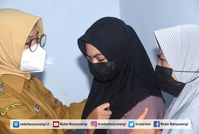 IKUT BELASUNGKAWA: Bupati Ipuk Fiestiandani menemui Mega Dian Pratiwi, istri Serda (Ede) Yudha Kusuma di rumahnya Desa Ketapang, Kalipuro kemarin.