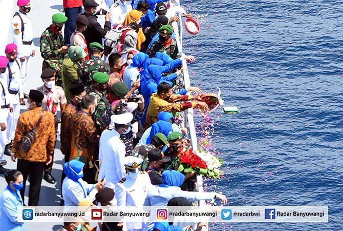 PENGHORMATAN TERAKHIR: Keluarga awak KRI Nanggala-402 melakukan tabur bunga di perairan utara Bali kemarin.