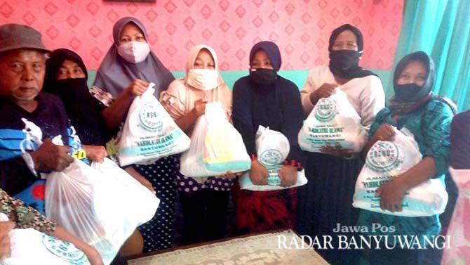 PEDULI SESAMA: RSNU Mangir, Kecamatan Rogojampi menyerahkan bantuan paket sembako untuk fakir dan miskin.