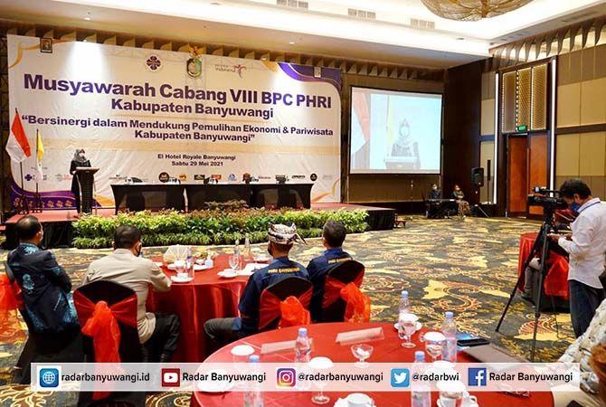 BANGKIT DARI PANDEMI: Bupati Ipuk menyampaikan sambutan dalam forum Muscab PHRI Banyuwangi Sabtu lalu (29/5).