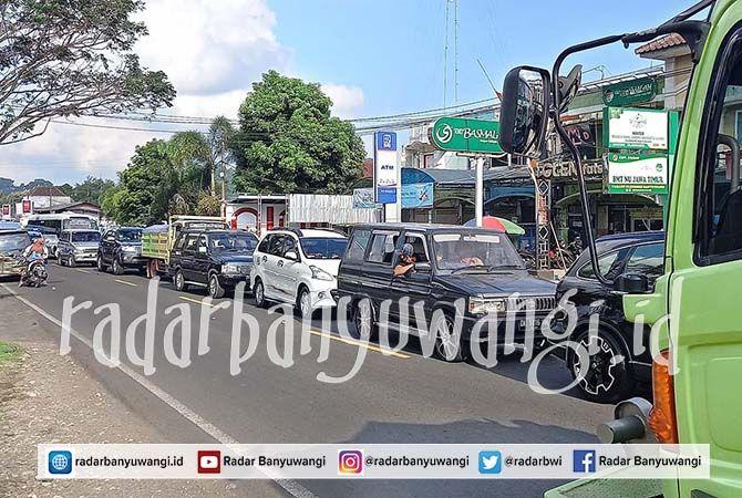 MENGULAR: Puluhan kendaraan mengular menunggu giliran buka tutup di jalur proyek gorong-gorong Desa Karangharjo, Kecamatan Glenmore, kemarin (6/6).