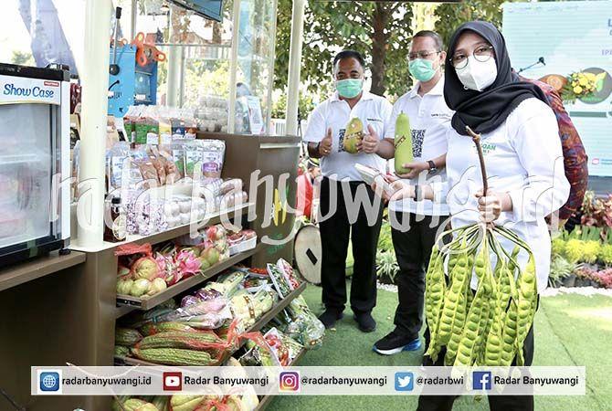 BANGKITKAN UMKM: Kepala BI Jember Hestu Wibowo mendampingi Bupati Ipuk berbelanja ke pasar tradisional di Kecamatan Kalibaru Minggu lalu (6/6).