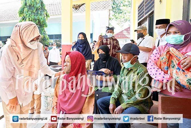 SASAR WARGA PERKEBUNAN: Bupati Ipuk menyapa warga kebun kapuk di Kecamatan Wongsorejo.