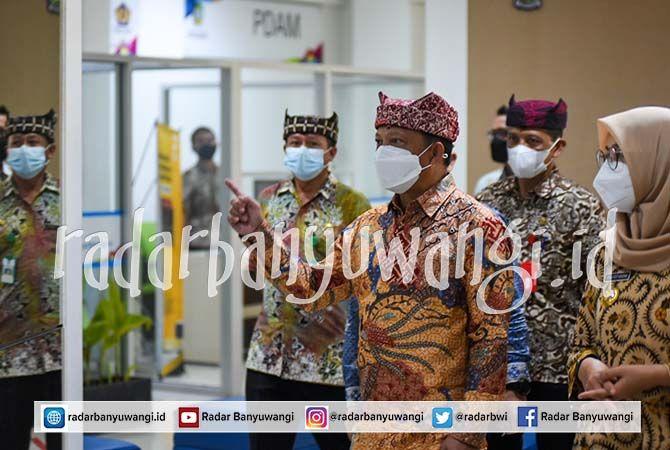 BERI APRESIASI: Mendagri Tito Karnavian meninjau layanan di Mal Pelayanan Publik Banyuwangi Jumat lalu (4/6).