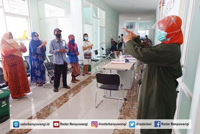 RUSTIDA: Petugas medis RSU Bhakti Husada Krikilan sosialisasi cuci tangan pada keluarga pasien.